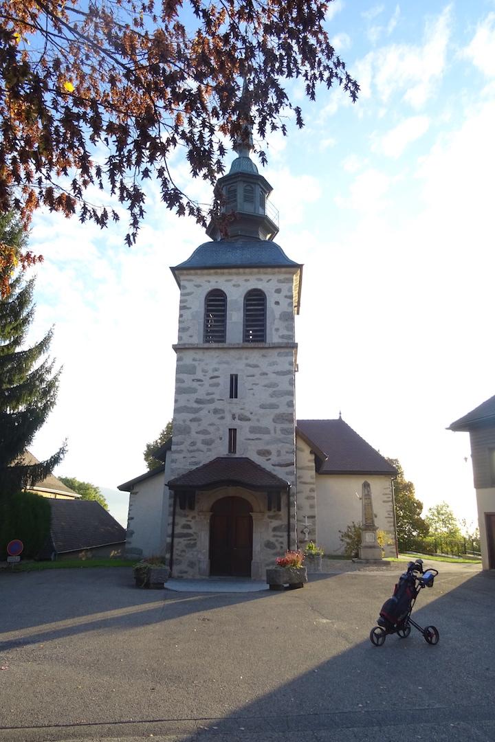 L'église, partie intégrante du complexe golfique