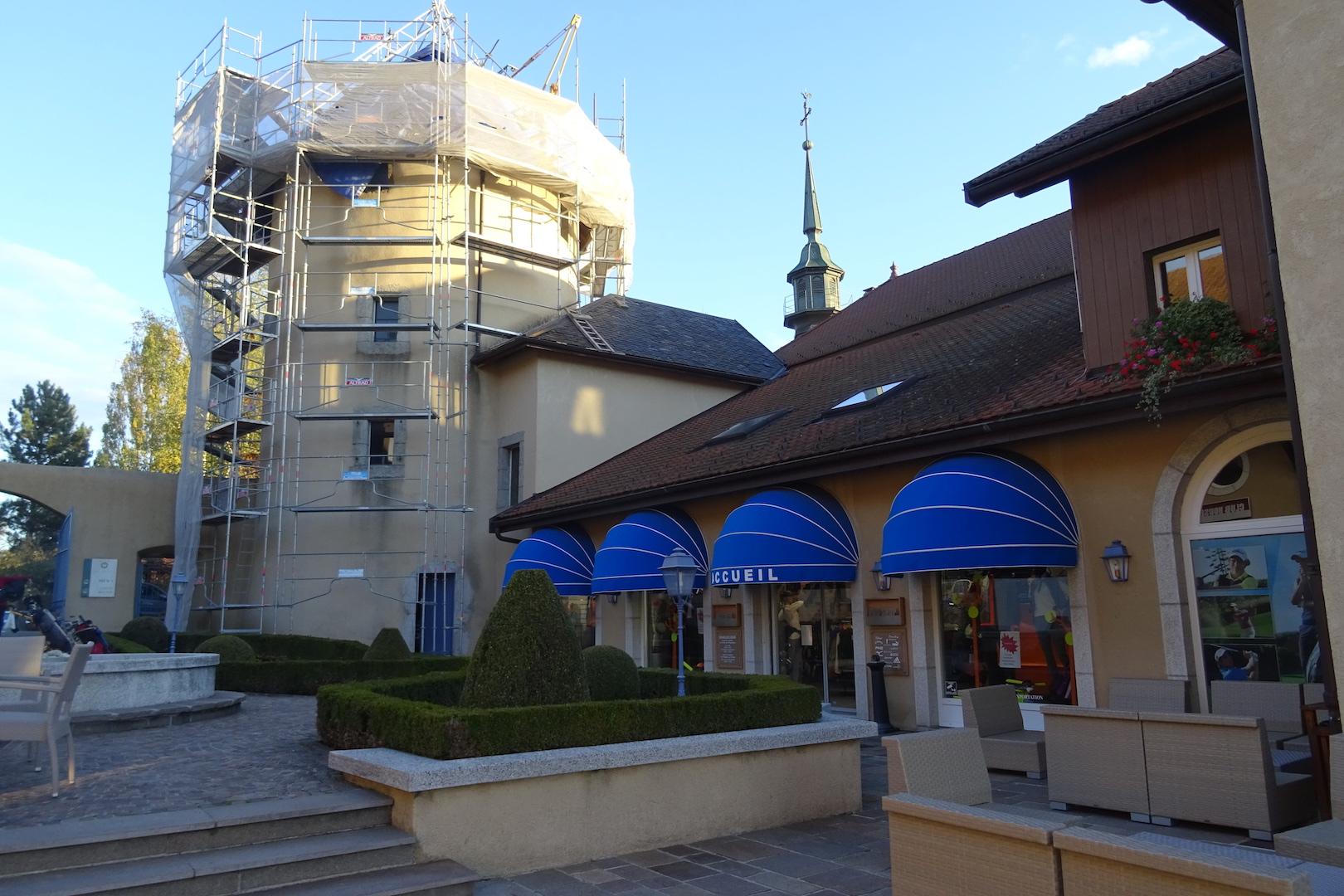 L'imposant pro-shop et la tour en ravalement