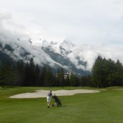 Le massif du Mont-Blanc domine le fairway du par 5 n°6