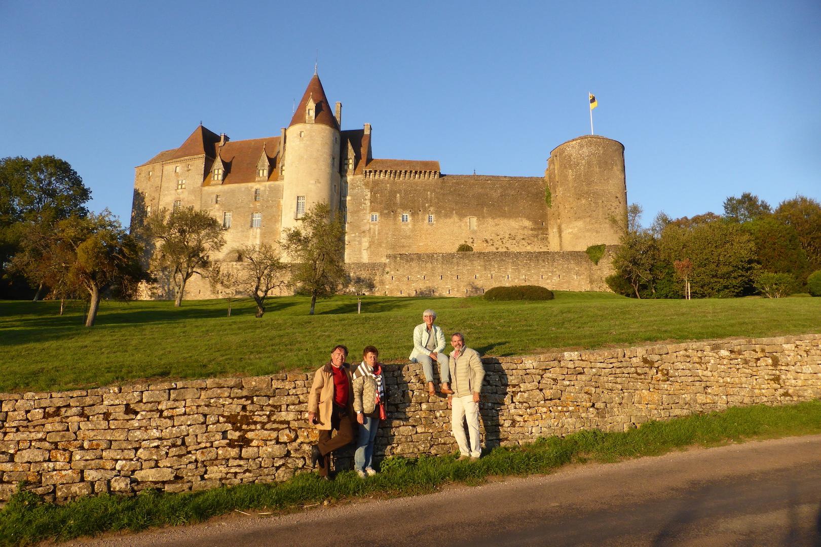 L'équipe COBE sans le photographe, devant le château de Chateauneuf