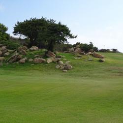 Un amas de rochers protège l'approche du green