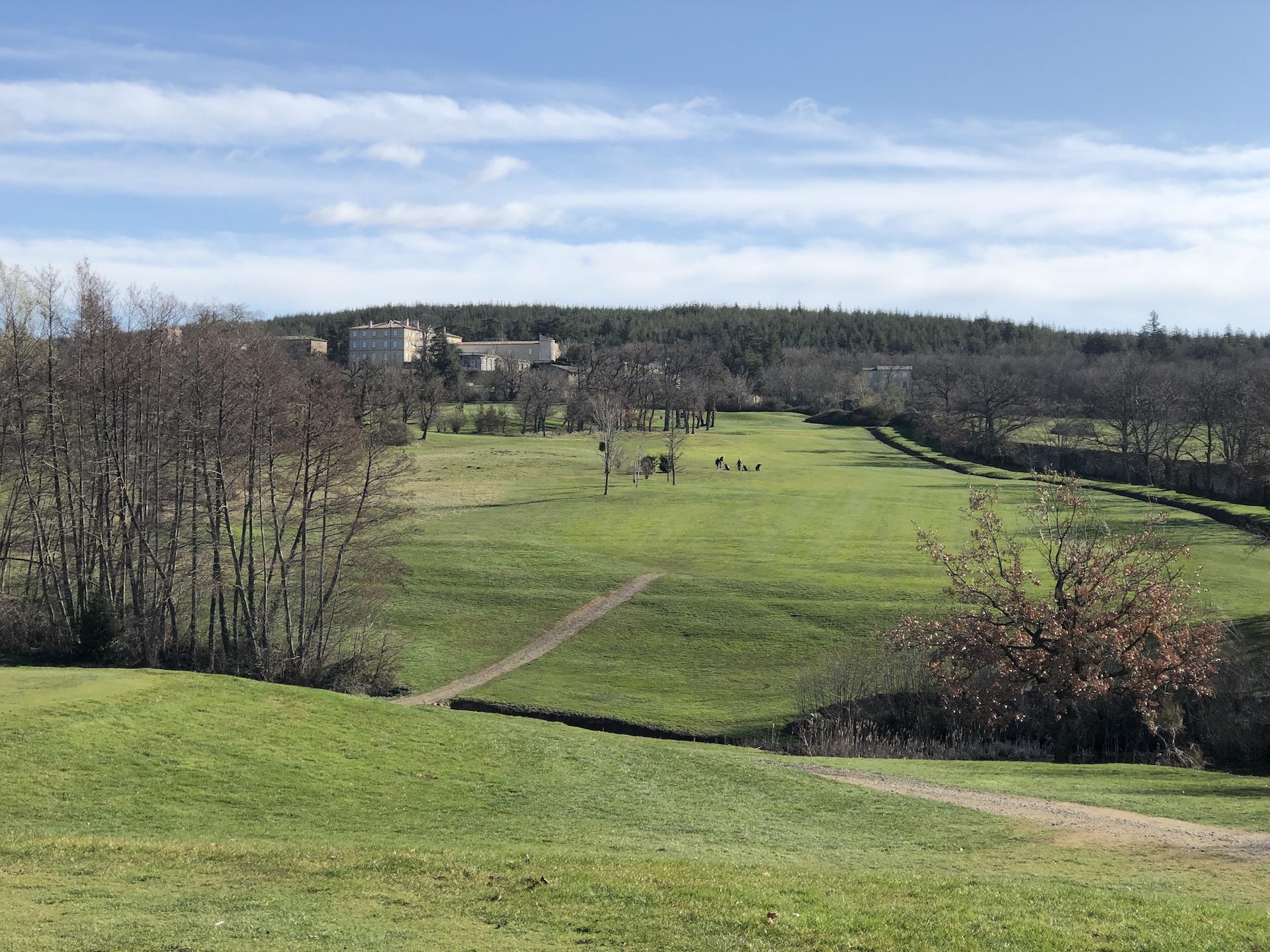 La montée du par 5 n°4 dominée par l'imposant château de Gourdan