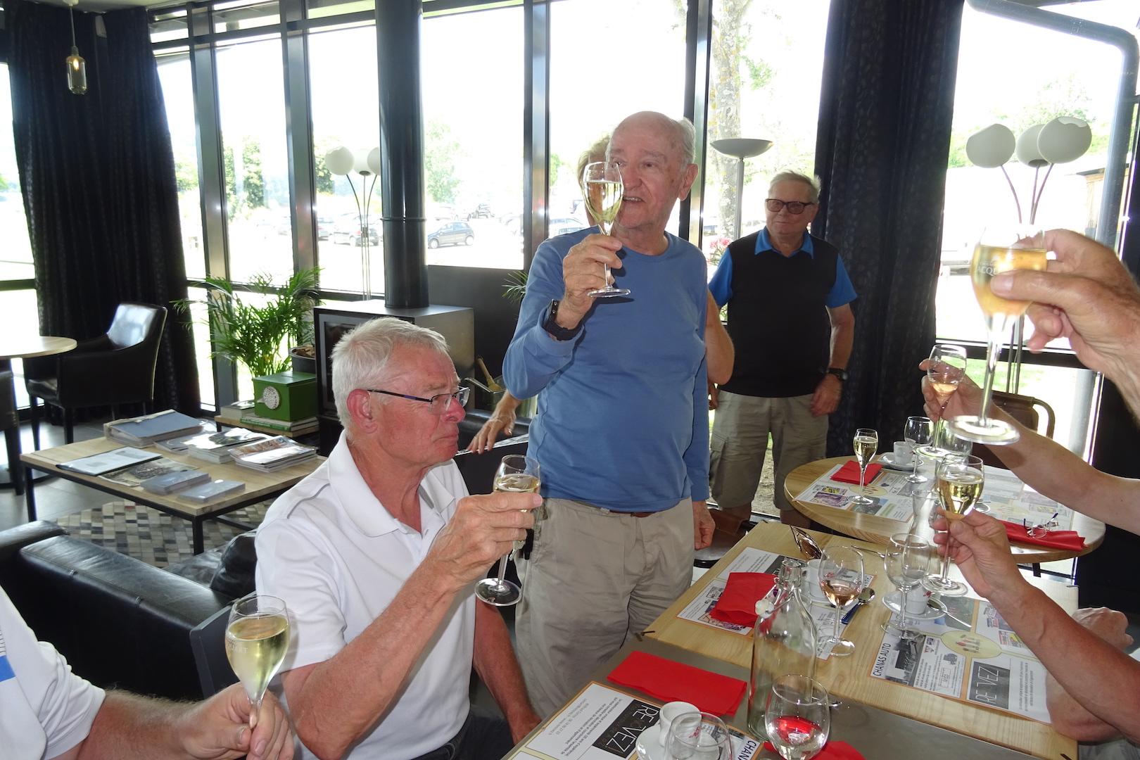 Henri SOUCHE nous offre le champagne ...