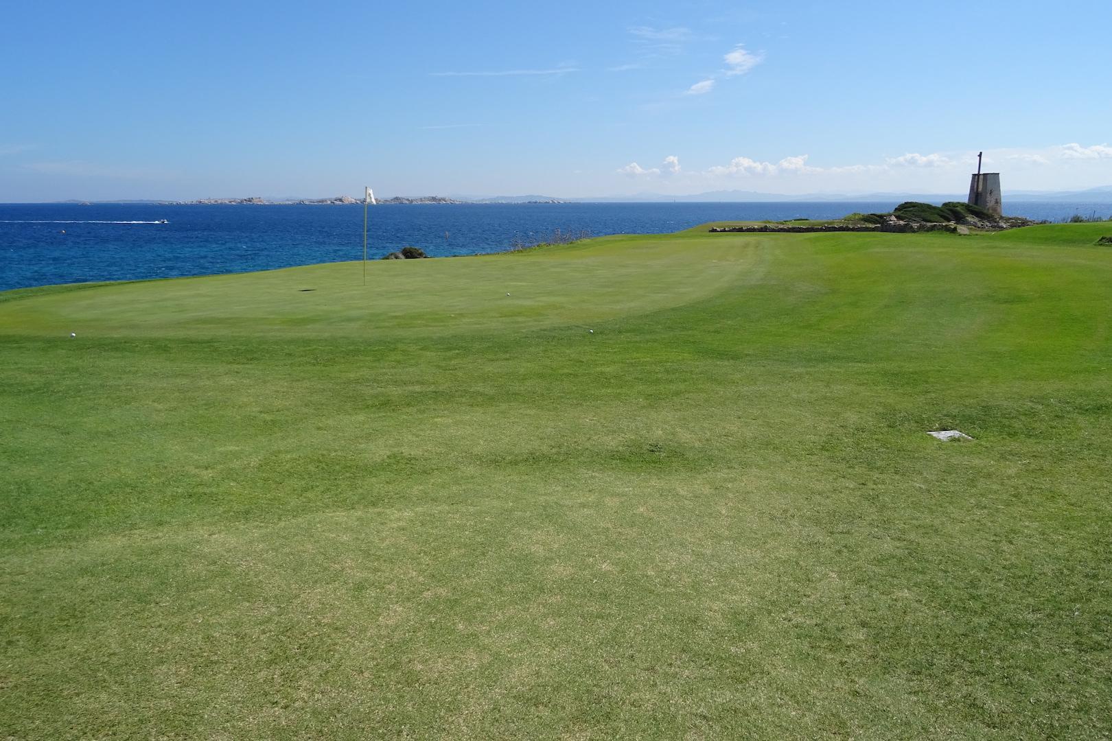 Le green du n°15, face à la Sardaigne