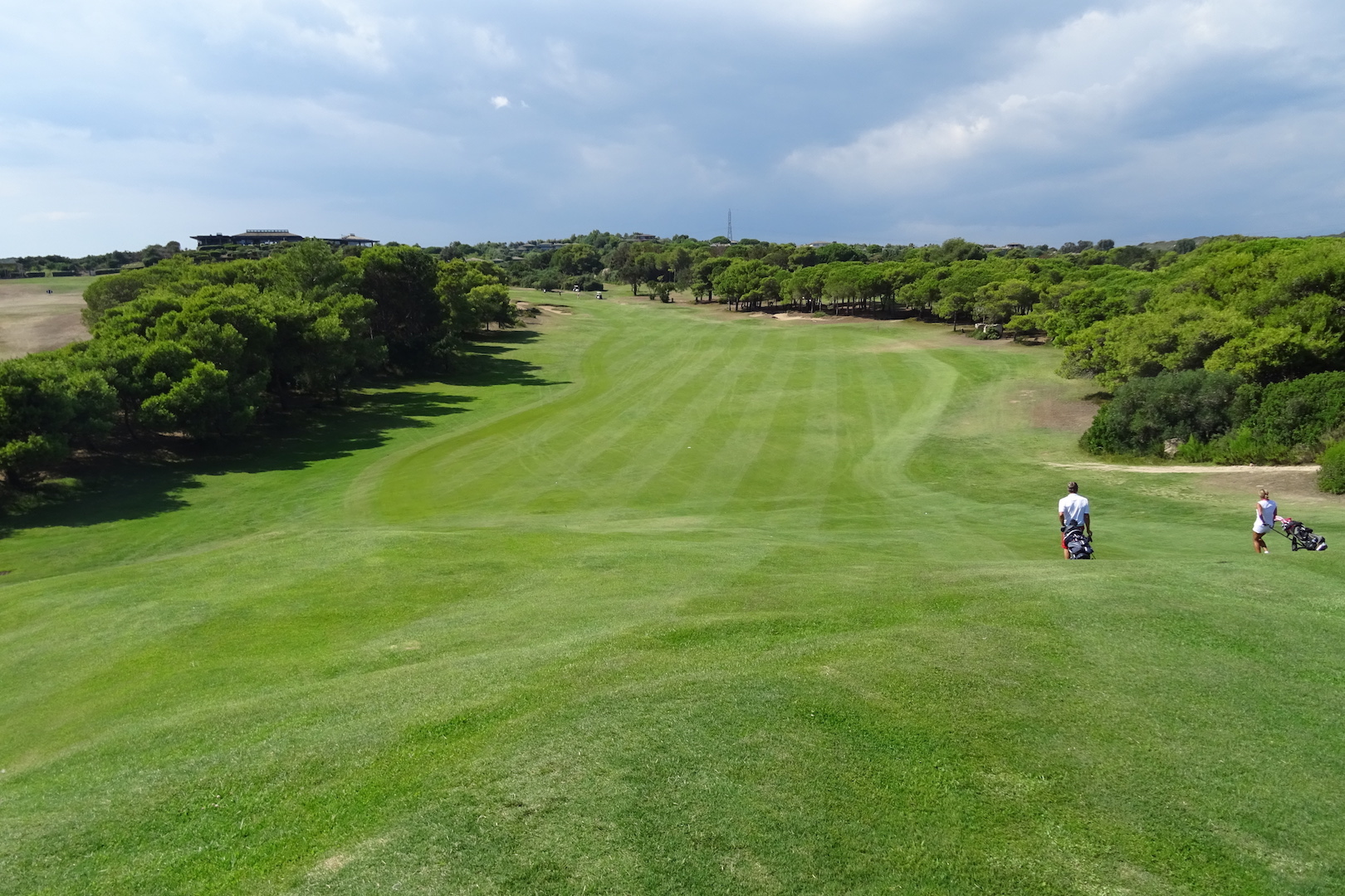 Le fairway du par 5 n°18 remonte vers le club-house