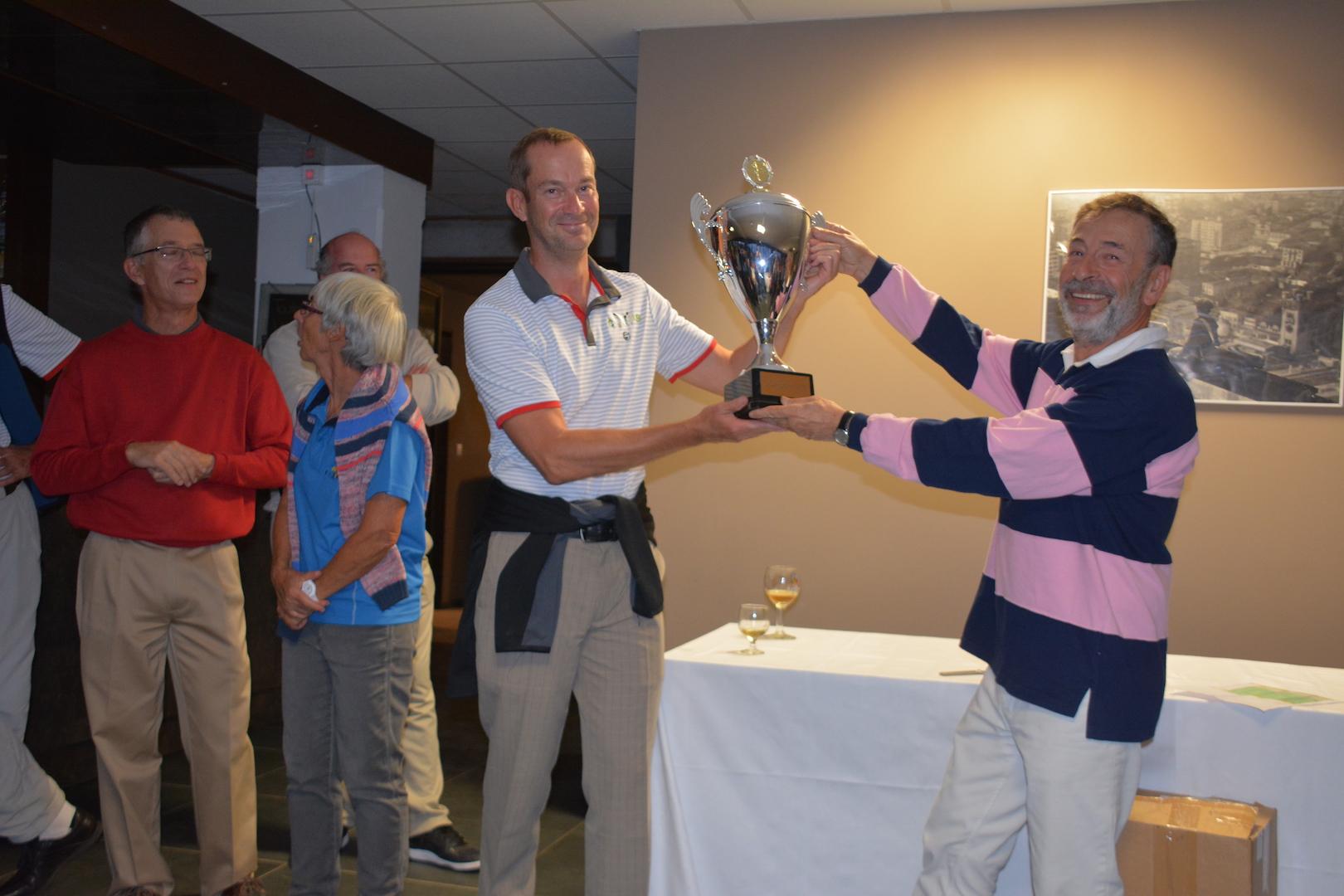 Yves Komorn présente la Corber Cup à Sean Duffy