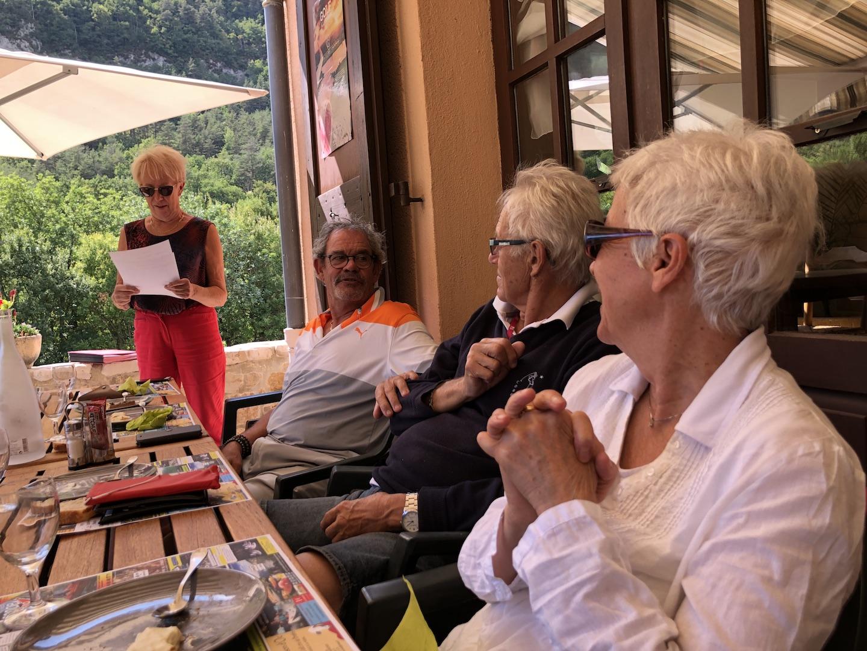Marie-Hélène et rené écoutent attentivement ...