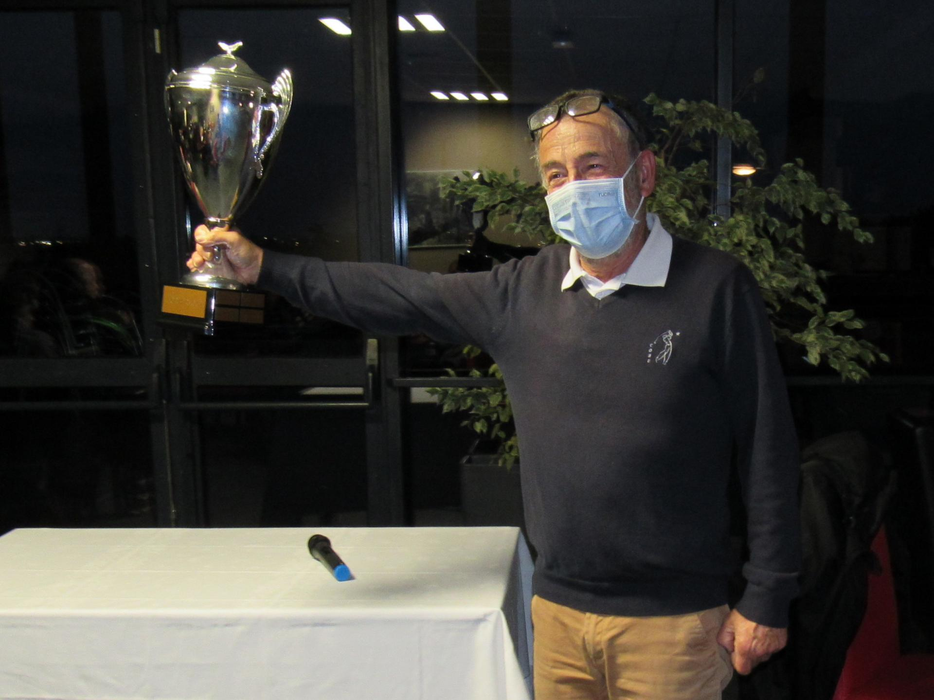Le capitaine de l'équipe victorieuse brandit la Corber Cup
