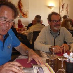 Au restaurant, Francis calcule les scores de Roland