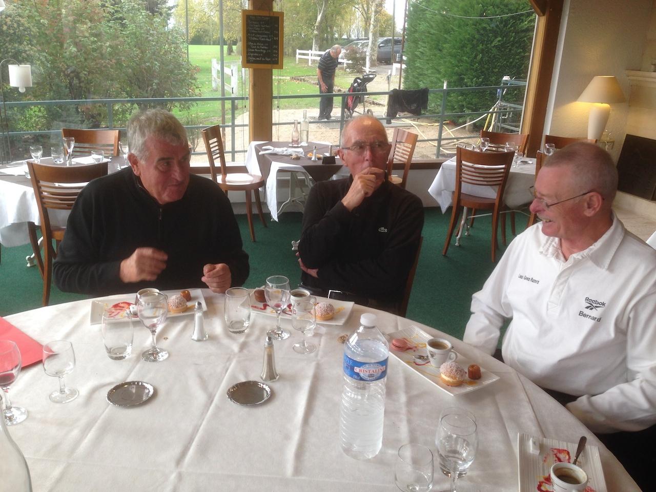 Quelques participants hilares pendant le déjeuner