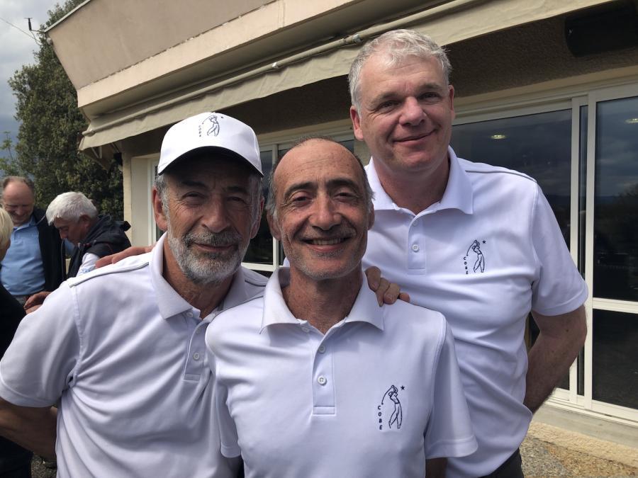 Trois sourires figes