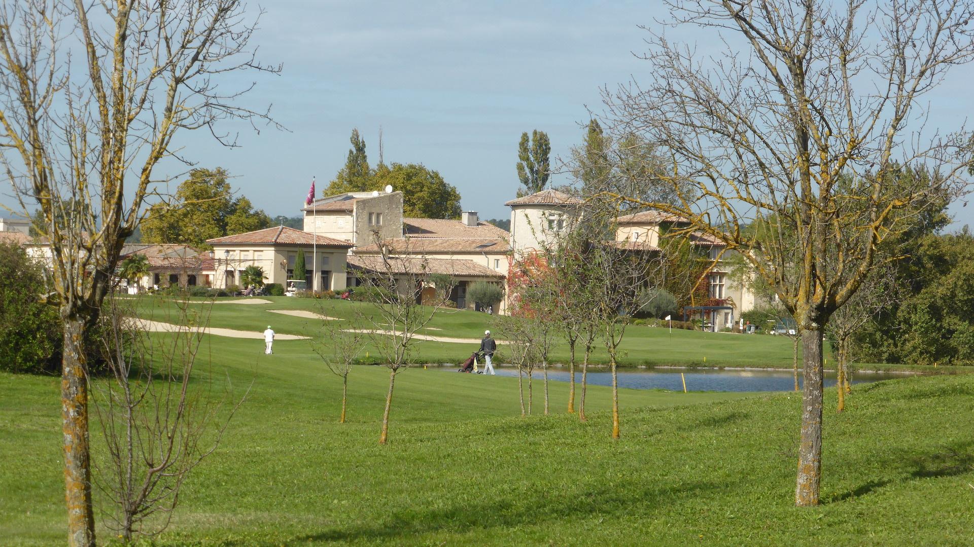 Le chateau - club house et le fairway du redoutable n°9
