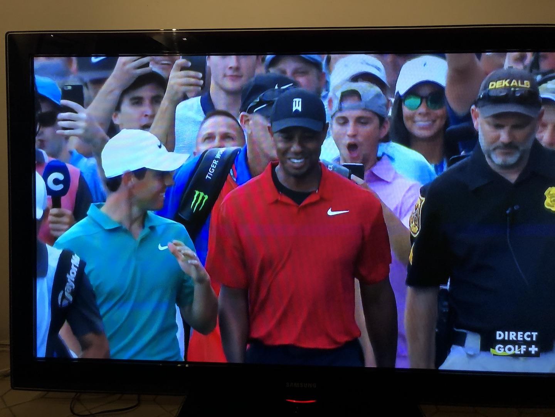 Rory et Tiger devisent en marchant vers le green