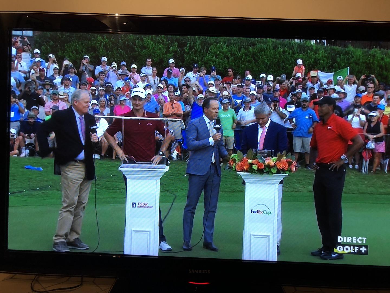 Justin et Tiger devant les trophées