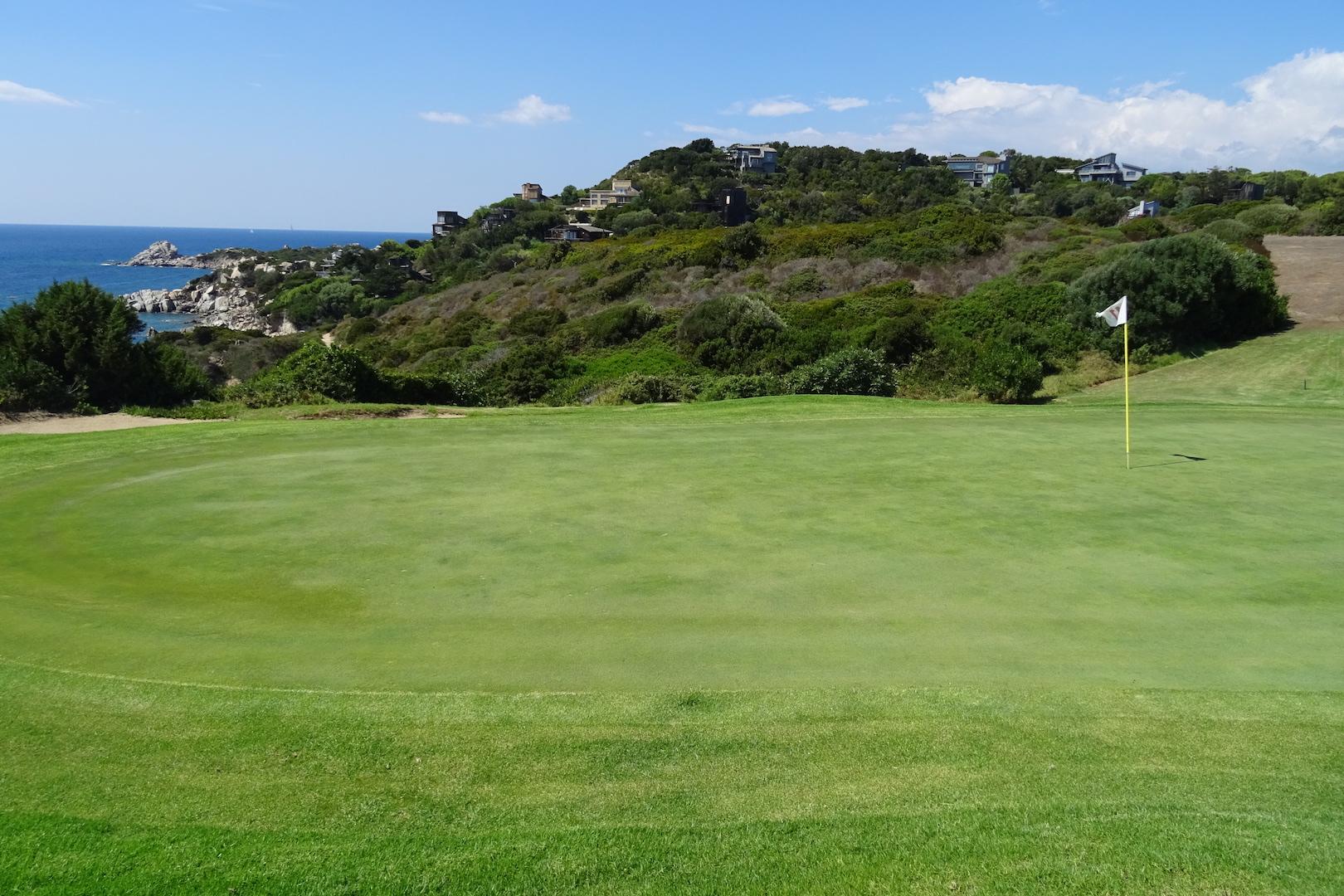De splendides villas sont visibles du green du 11