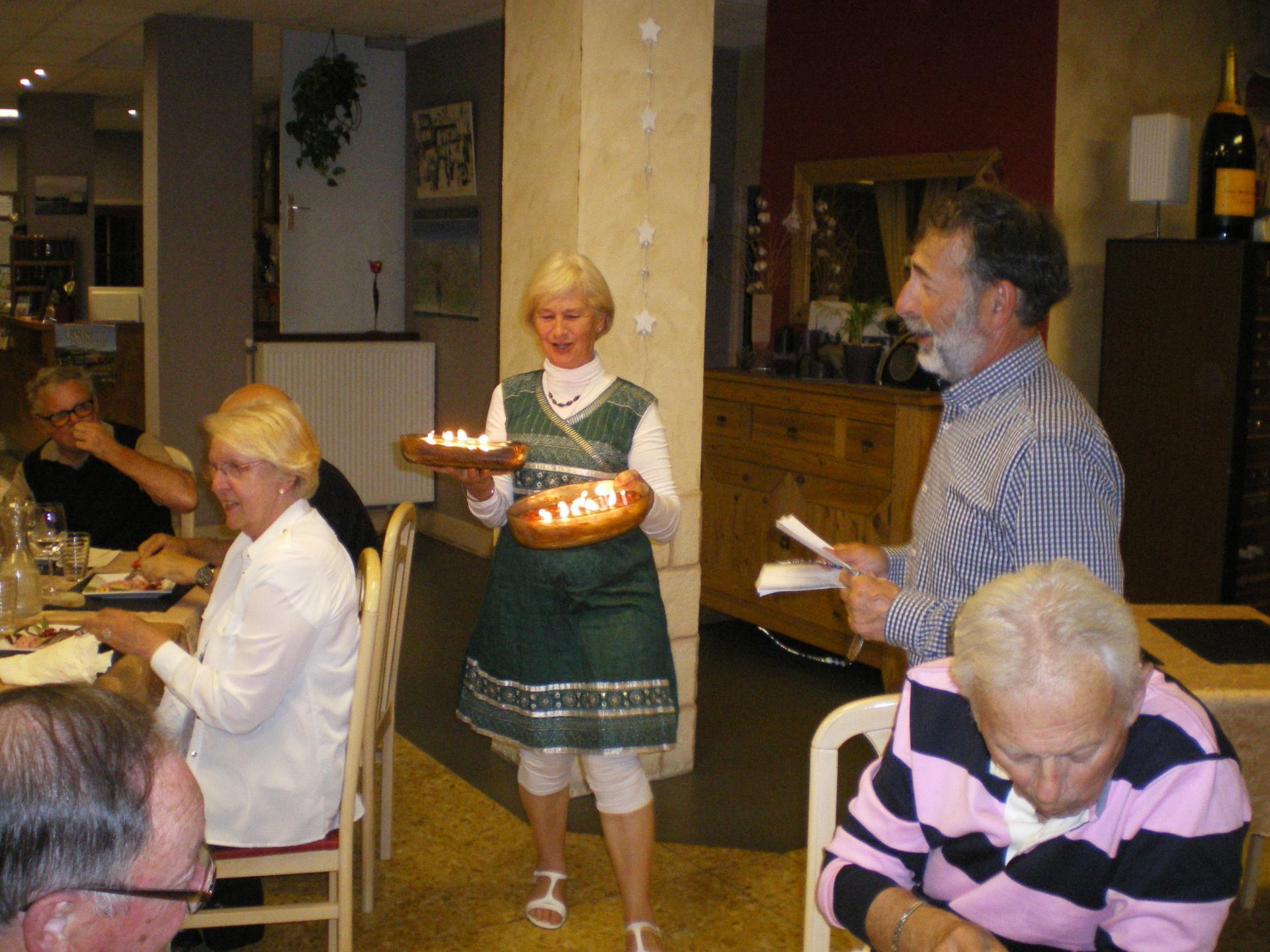 Marie-Thérèse sert les clafoutis des jubilaires