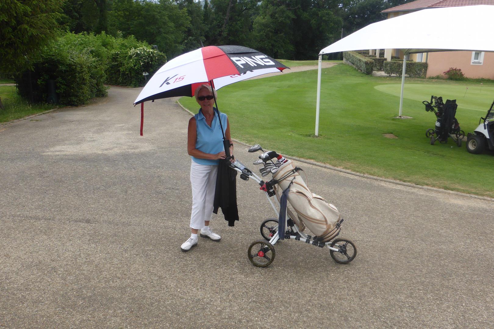 La pluie se mit à tomber après l'arrivée des joueurs, et l'on vit de jolis parapluies